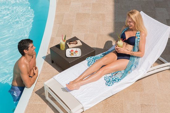Cayman Brac: Poolside Couple