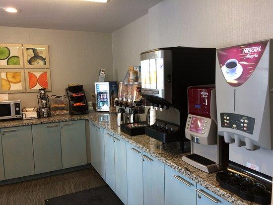 Woodstock, Canada: Two coffee machines, juices, yogurt, etc.