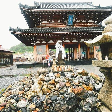 Mutsu, Japan: 奥に入る前にお地蔵様がお出迎え