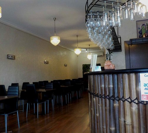 Moonee Ponds, Australia: Seating on left with bar on right