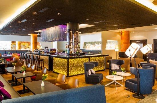 Radisson Blu Sky Hotel: Sky Lobby Bar