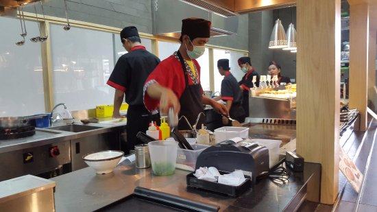 Gyu Jin Teppan Suasana Dapur Cukup Sibuk
