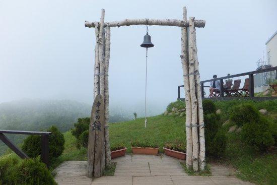Русутсу-мура, Япония: 羊蹄ゴンドラに乗って頂上に行くと「幸せの鐘」があります。