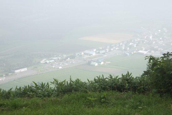 Русутсу-мура, Япония: 橇負山から下を見るとこんな感じです。少し霧が掛かっています。