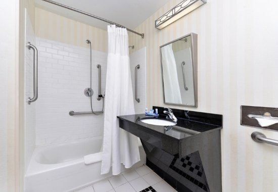Kingsland, GA: Accessible Guest Bathroom