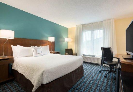 Manchester, CT: Queen Guest Room