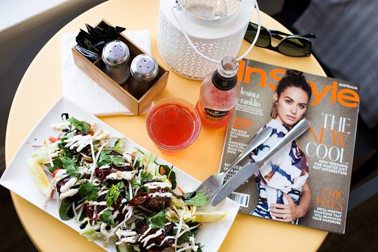 Quinns Rocks, Australien: Thai Fish Cakes Salad + Glossy Magazines = Relaxing with Indian Ocean Views