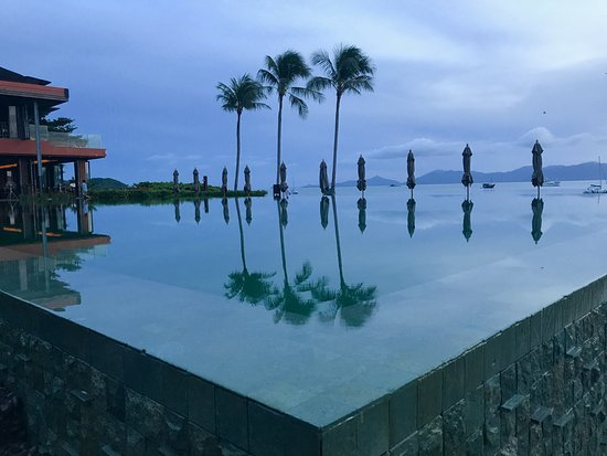 Hansar Samui Resort : Pool in the early hours