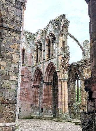 Melrose, UK: Through The Arch