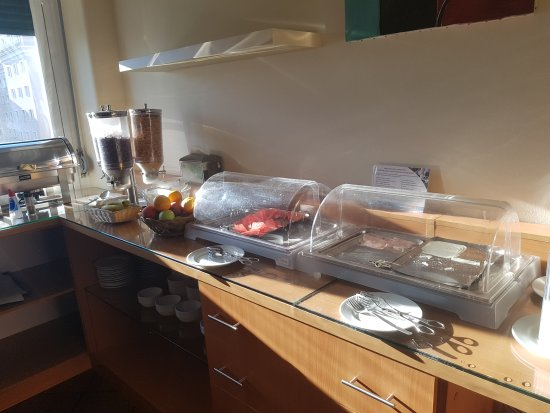 Residencial Lar do Areeiro: Appalling breakfast not enough food for guests. Asked for food to be put out however staff nodde