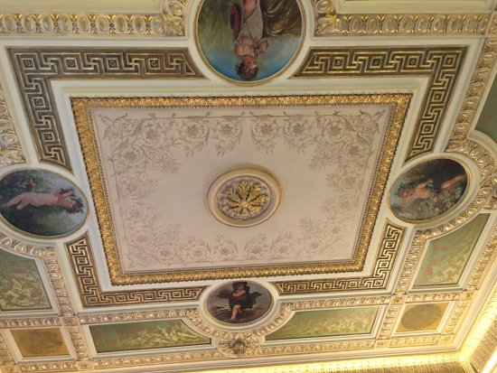 H10 Urquinaona Plaza: Stunning ceiling in one of the rooms.