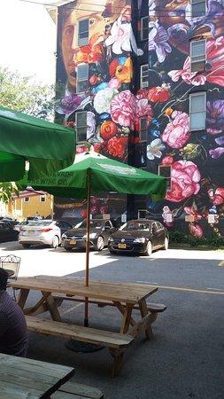 Kingston, Estado de Nueva York: Outdoor rear patio seating area & huge art mural view