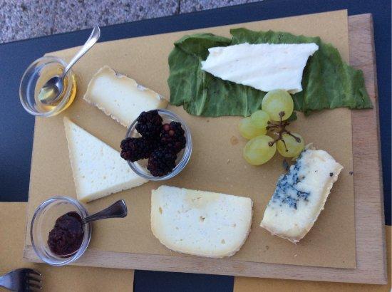Schignano, Italia: formaggi