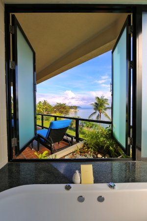 Shangri-La's Tanjung Aru Resort & Spa : Bath with amazing view