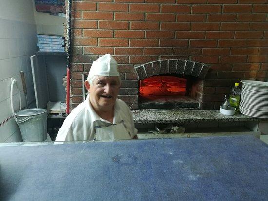 Capolona, Italien: Pizzabäcker bei der Arbeit