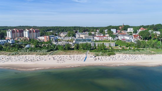 Maritim Hotel Kaiserhof Heringsdorf: Exterior view of the Maritim Kaiserhof right at the Baltic Sea