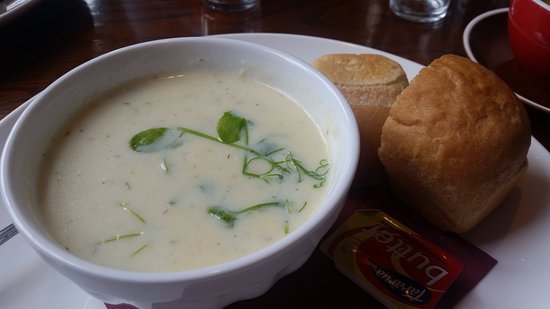 Motueka, New Zealand: Seafood chowder with nice roll