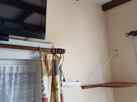 Лимьель, Франция: multiprise qui pend dans le vide collée au rideau: risque d'incendie