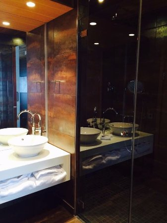 Are, Suecia: Bathroom with double shower and double sinks