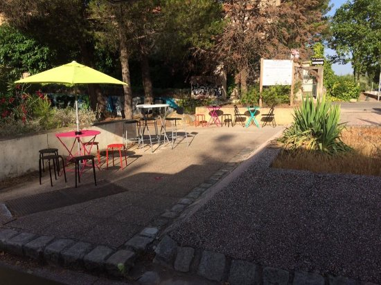 Vitrolles, Frankrike: Terrasse a l'ombre des pins