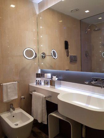 Hotel Artemide: The bathroom lighting is perfect for make up.