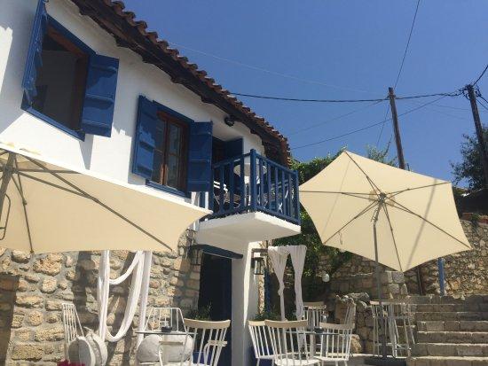 Afytos Beach: В старинных домиках много кафе и таверен