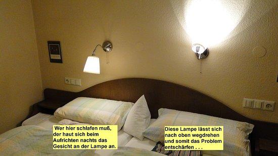 Oberderdingen, Niemcy: Zu niedrig angebrachte Lampe. Verletzungsgefahr. Wegdrehen hilft.