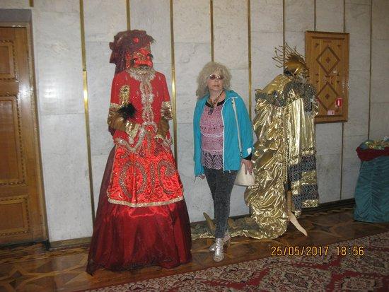 Gomel, Bielorrússia: В холле театра. Выставка театральных костюмов. Премьера спектакля.