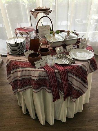 Premier Hotel Dnister: Стол с блюдами украинской кухни на завтраке