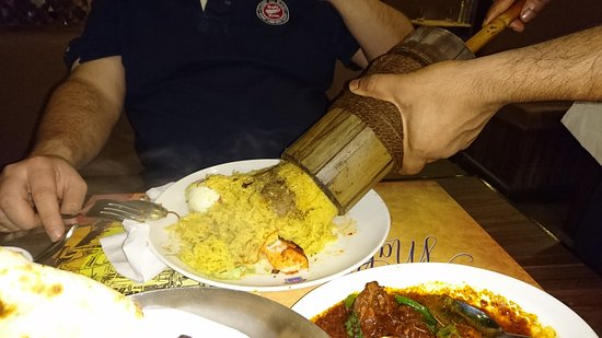 Al Khor, Katar: Pouring biryani out of the bamboo.