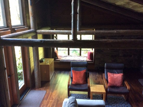 Deep Forest Cabins at Mt. Rainier : Salal Cabin Lounge with its great window seat