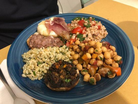 Province of Perugia, Ιταλία: insalata di ceci e verdure, riso freddo al limone e basilico, fungo ripieno, bruschetta con sals
