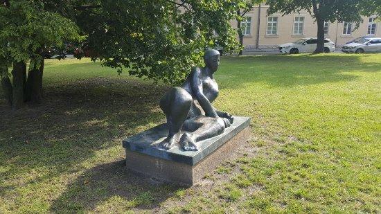 """Skulptur """"Liegende"""""""