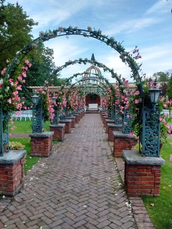 The Manor Restaurant: Walkway to the ceremony area. This was the only arched walkway.