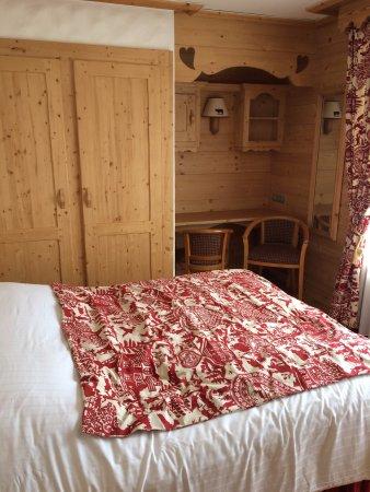 Hotel Neige Et Roc : suite pour 4 personnes avec balcon dans une des chambres (1 chambre double et l'autre avec deux