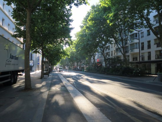 Ibis Budget Paris La Villette : Main road in front of the hotel...