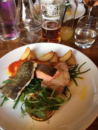 Stoke by Nayland, UK: FIsh Mixed Grill with a pint of Ghost Ship!