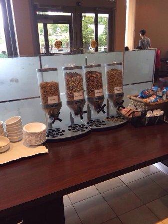 Coast Tsawwassen Inn: Continental breakfast in der Eingangshalle