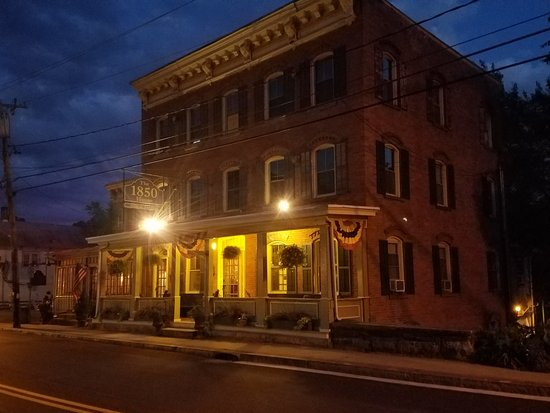Rosendale, NY: 1850 Inn at night time.