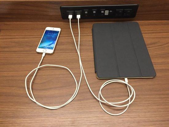 Brigham City, Utah: Der er USB opladning ved arbejdebord og ved senge