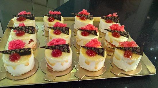 Barbastro, Espanha: pasteles de yogur y mermelada de tomate rosa