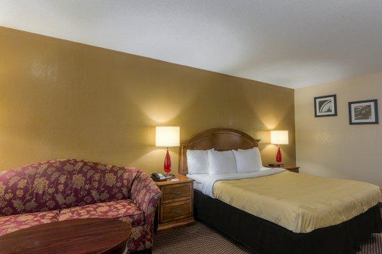 Shawnee, OK: Non Smoking Room with Kingsize Bed & Sleeper Sofa