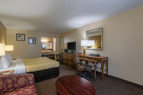 Shawnee, OK: Kingsize Bedroom - Smoking