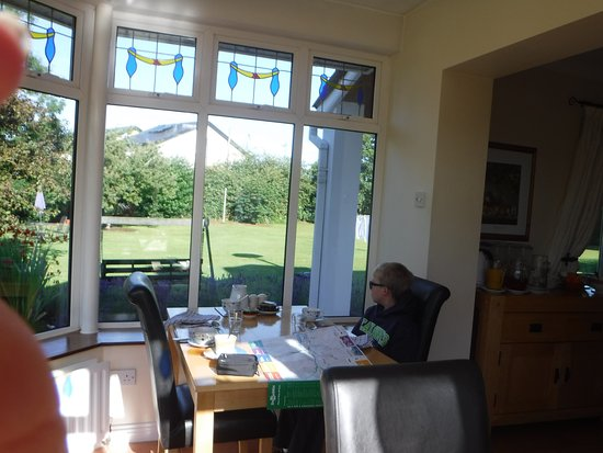 Evergreen B&B: Breakfast in a beautiful sun room.
