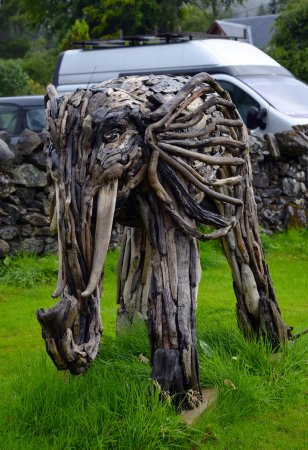Strathyre, UK: The driftwood Airlie-phant.