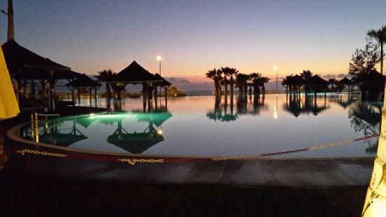 Gran Melia Palacio de Isora Resort & Spa: Vista de la piscina lago en el crepúsculo