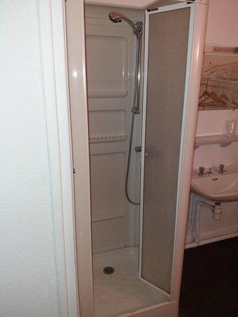 dit was onze badkamer. Het was een kleine, vieze douche met aan de ...