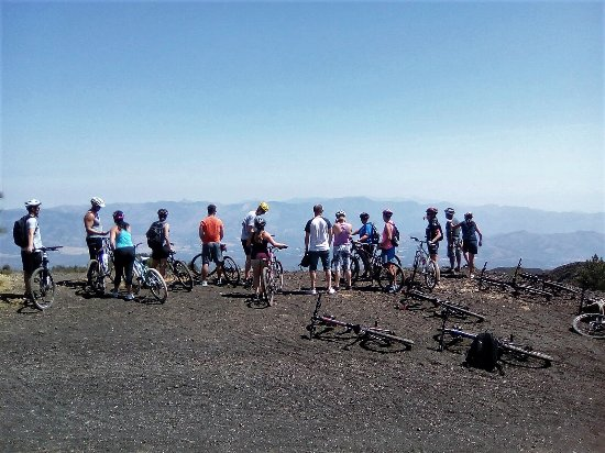 Milo, Italien: Una guiding Claudia and her group on Mount Etna