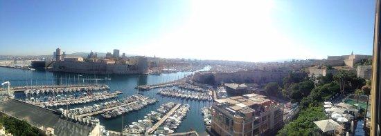 Sofitel Marseille Vieux-Port: Vue sur le vieux port de notre chambre