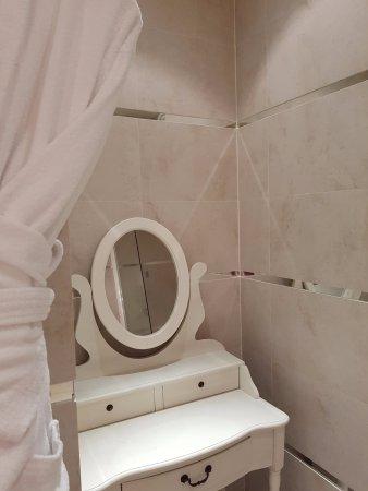Hotel Renoir: Salle De Bains Avec Coiffeuse